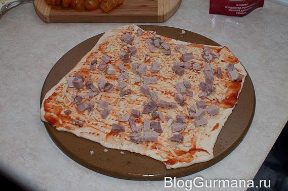 Пирог из слоёного теста с ветчиной, грибами и салями