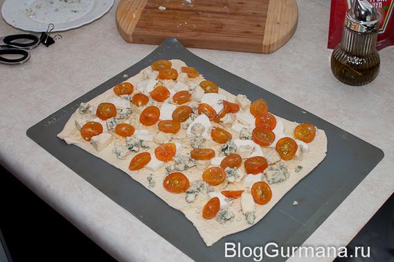 пирог из слоёного теста с сыром и помидорками черри