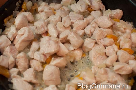 Добавь курицу к моркови с луком, слегка обжарь